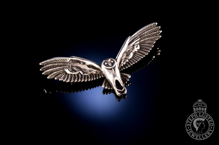Barn_Owl_in_Flight_Brooch
